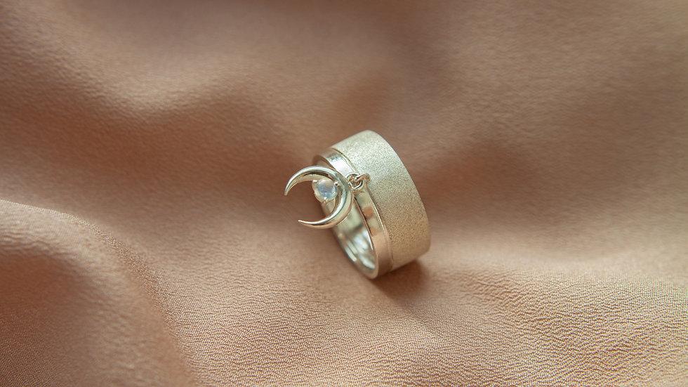 Кольцо с подвеской лунницей
