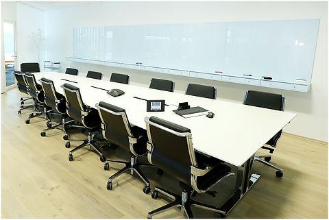 En fullintegrert, komplett møteromsløsning med styring. 2 store skjermer for videokonferansebruk og en stor-skjerm montert i taket for nedsenking ved behov. Hele løsningen er styrt via et styresystem fra Crestron.
