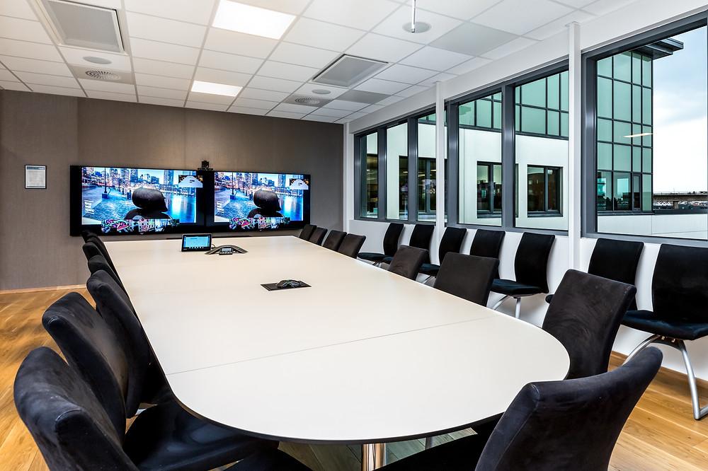 Møterom med 2 skjermer