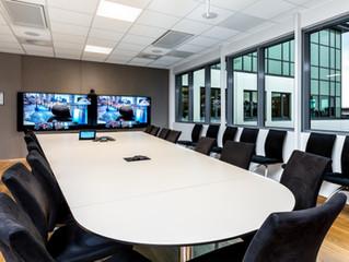 Bør jeg ha en eller to skjermer i møterommet mitt?