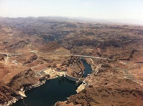 Begleitet von Musik und Erlaeuterungen fliegen wir ueber Las Vegas,den Hoover Damm zum Grand Canyon