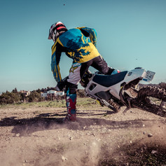 Racheo moto offroad sobre terreno seco