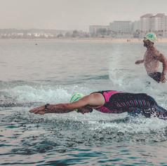 Nadadores sobre el mar de El Puerto