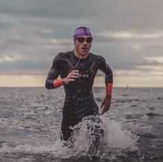 Triatleta saliendo del agua