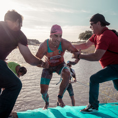 Triatleta saliendo del lago