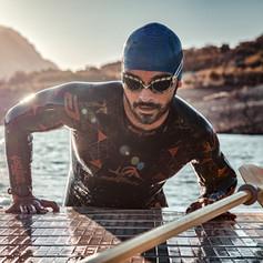 Nadador a contraluz saliendo del agua