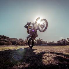Caballito en moto offroad