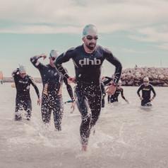 Triatletas saliendo del mar