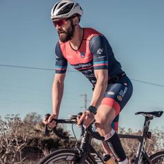 Ciclista en elevación sobre bicicleta