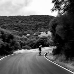 Ciclista sobre asfalto en baja obturación