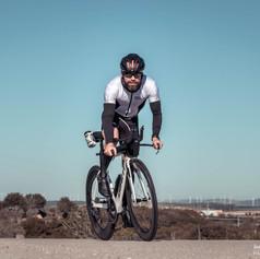 Ciclista sobre asfalto