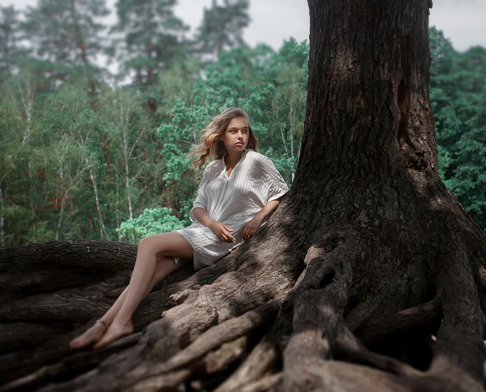 Woman under a tree, How to create a more sustainable and eco friendly wardrobe. the image tree blog