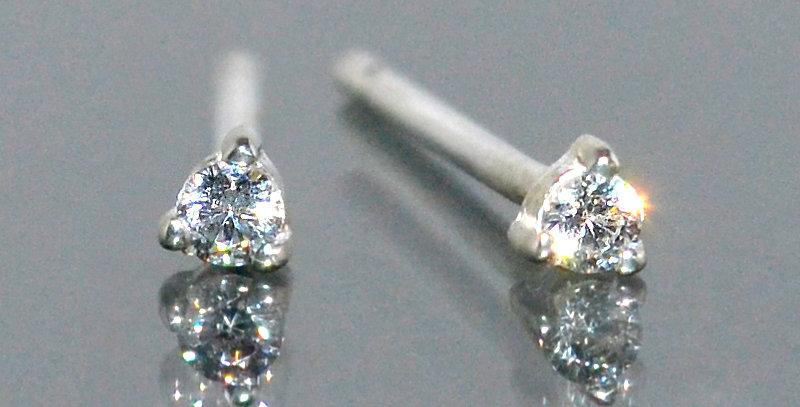 1.5mm 一粒ダイヤモンド 3本爪スタッズピアス PT900(プラチナ)