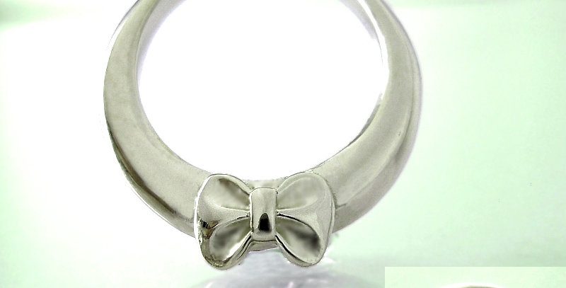 リボンのベビーリング<ペンダントタイプ> 5月誕生石エメラルド pt900(プラチナ)