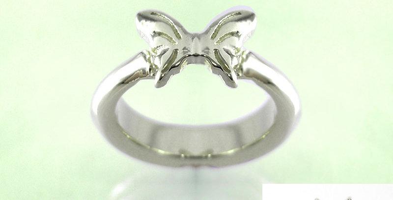 小さな蝶々のベビーリング 5月誕生石エメラルド pt900(プラチナ)