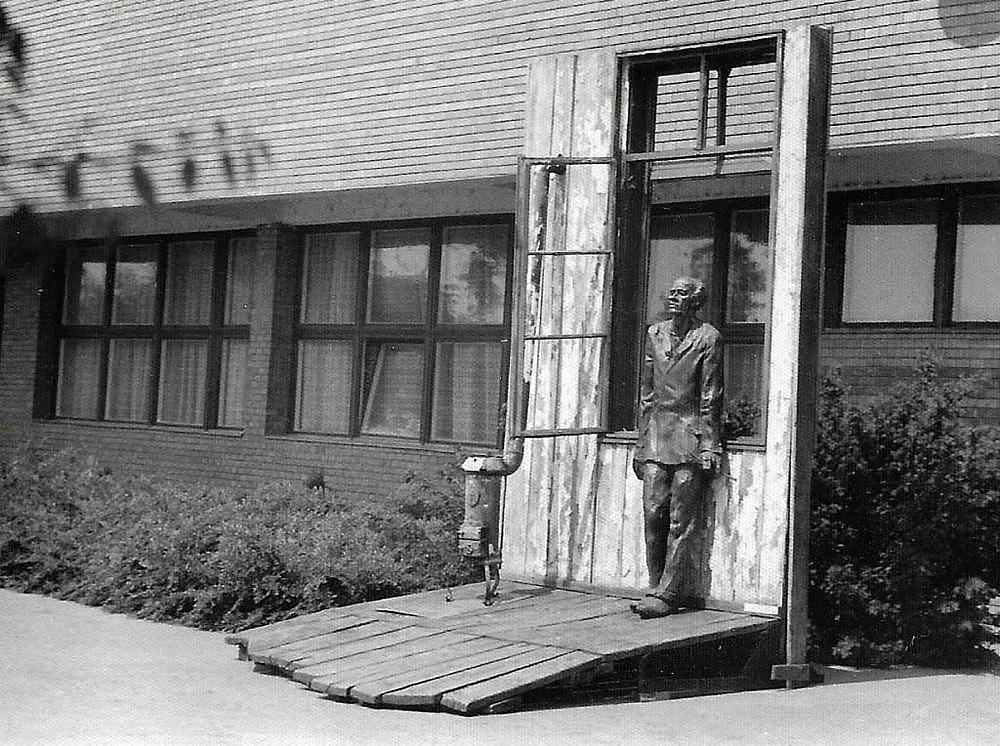 Varga Imre: Derkovits, 1970. Bronz, 230 cm. Itt: kiállítva a makói József Attila Múzeumban, 1983. Fotó: MarosKult