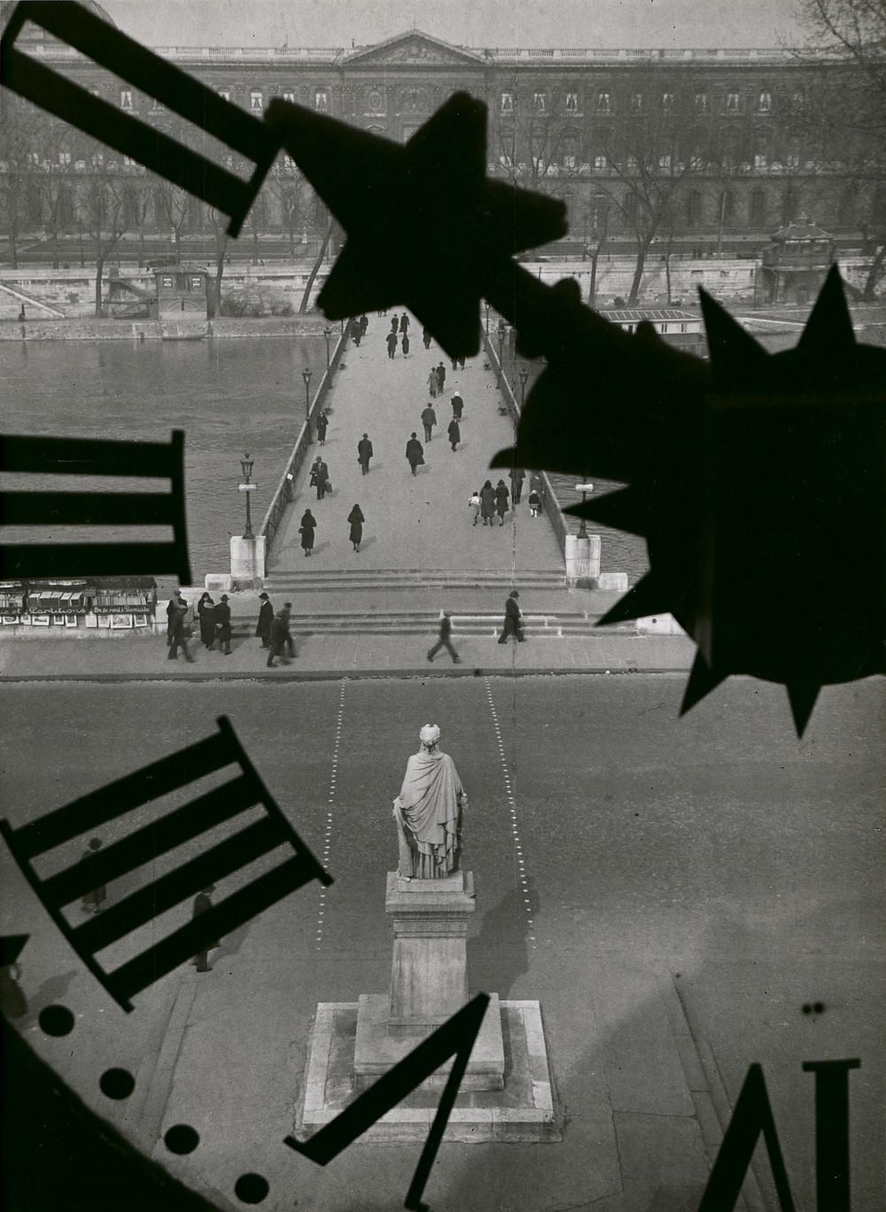 André Kertész: A Pont des Arts az Institute de France óratornyából, Párizs, 1931. (Pontatlan fordítás: az épülenek nincsen tornya. A szerk.)