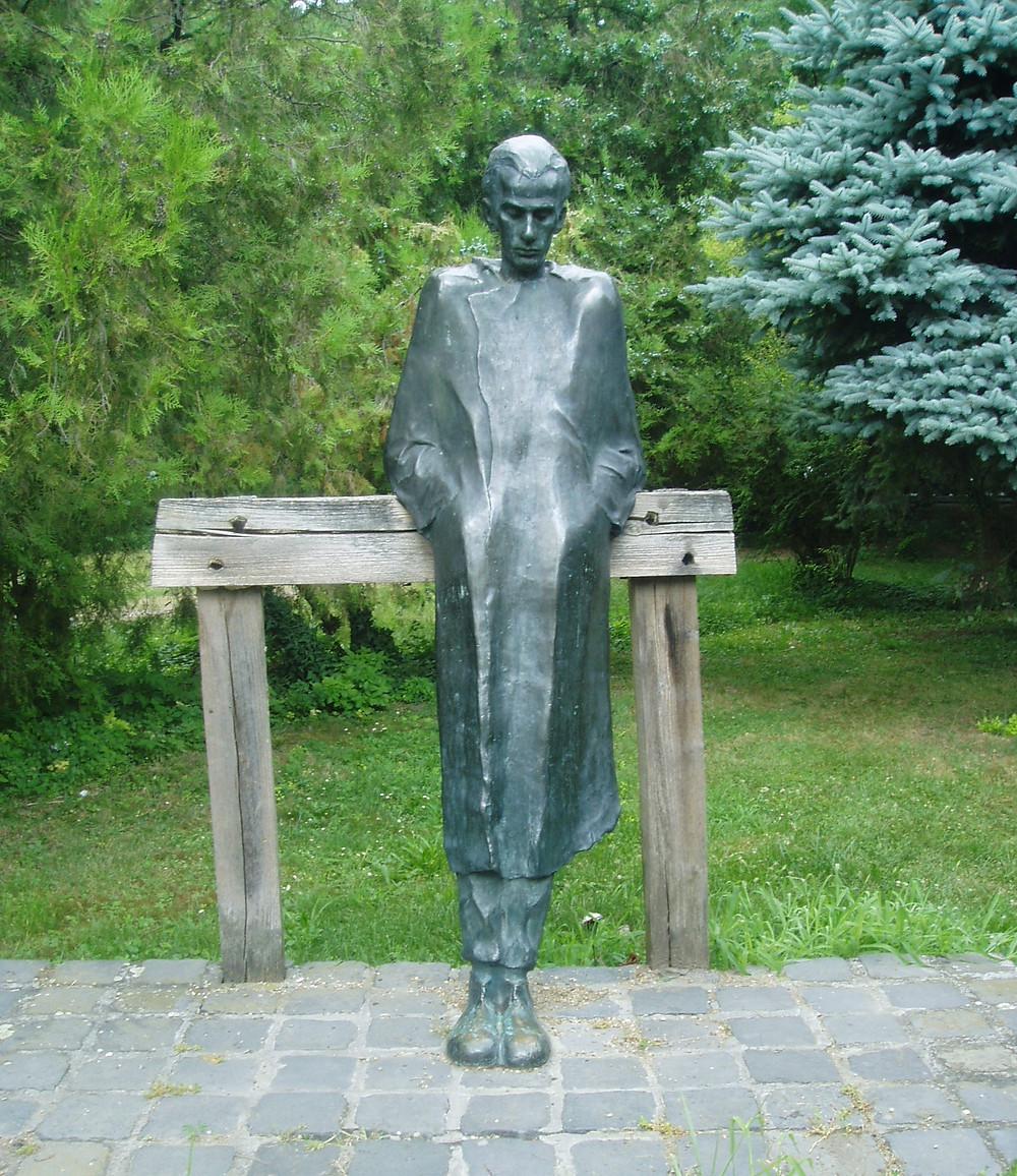 Varga Imre: Radnóti, 1969. Bronz, fa, kő, 180 cm. Mohács. Fotó: http://www.nagykar.hu