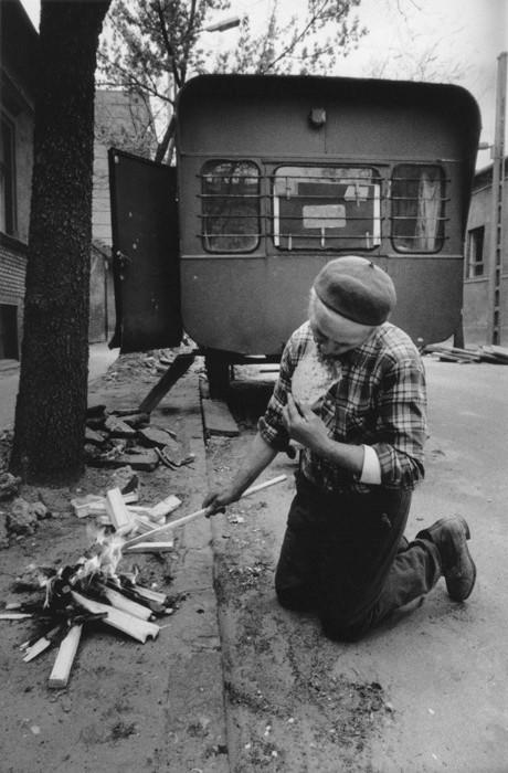 Korniss Péter: A vendégmunkás. Szalonnasütés a pesti utcán, 1983