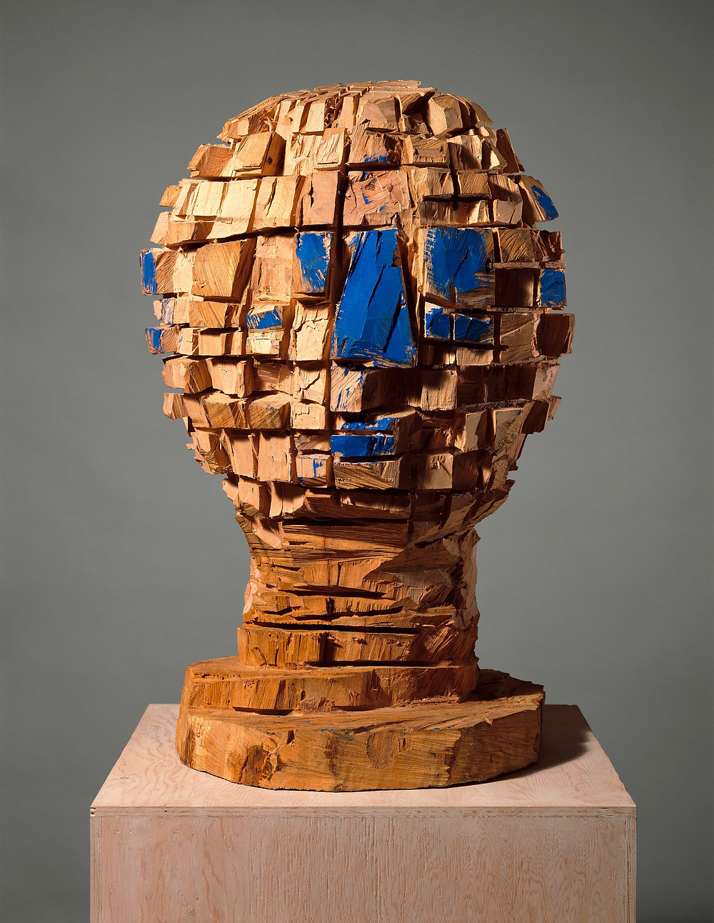 Georg Baselitz: G-fej, 1987. Olaj, bükkfa, 99 x 65,5 x 58,5 cm. Ludwig Múzeum, Budapest. Fotó: Jochen Littkemann, Berlin © Georg Baselitz