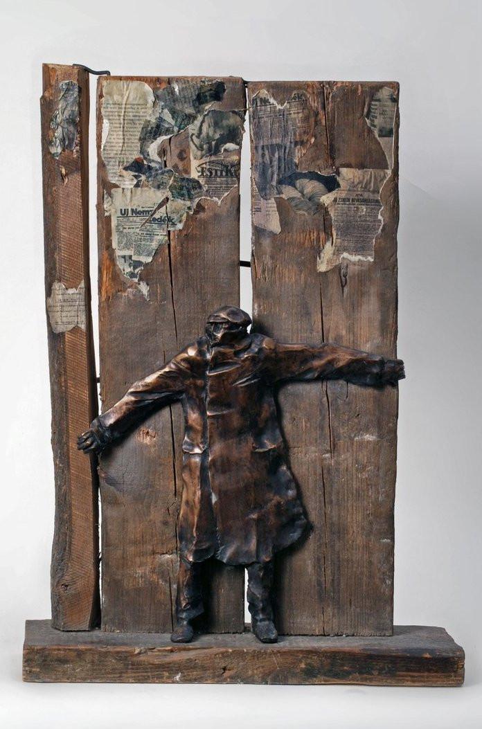 Varga Imre: Partizán, 1971. Fa, papír, bronz, 85x61 cm. Magyar Nemzeti Galéria