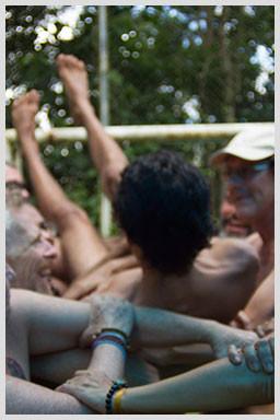 imagem mostra rapaz confiante caindo tranquilo nos braços de pessoas sorridentes