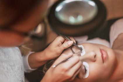 procedure-eyelashes-extension-P5KAYPC.jp