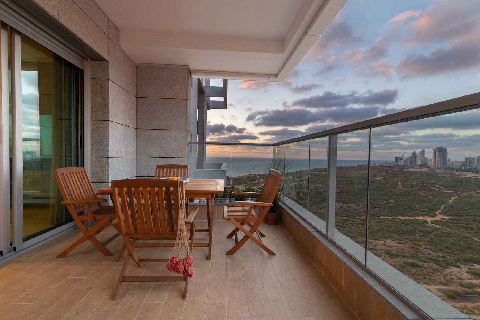 מבט לים... פינת ישיבה במרפסת