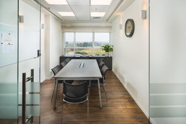 חדר ישיבות עם קירות זכוכית