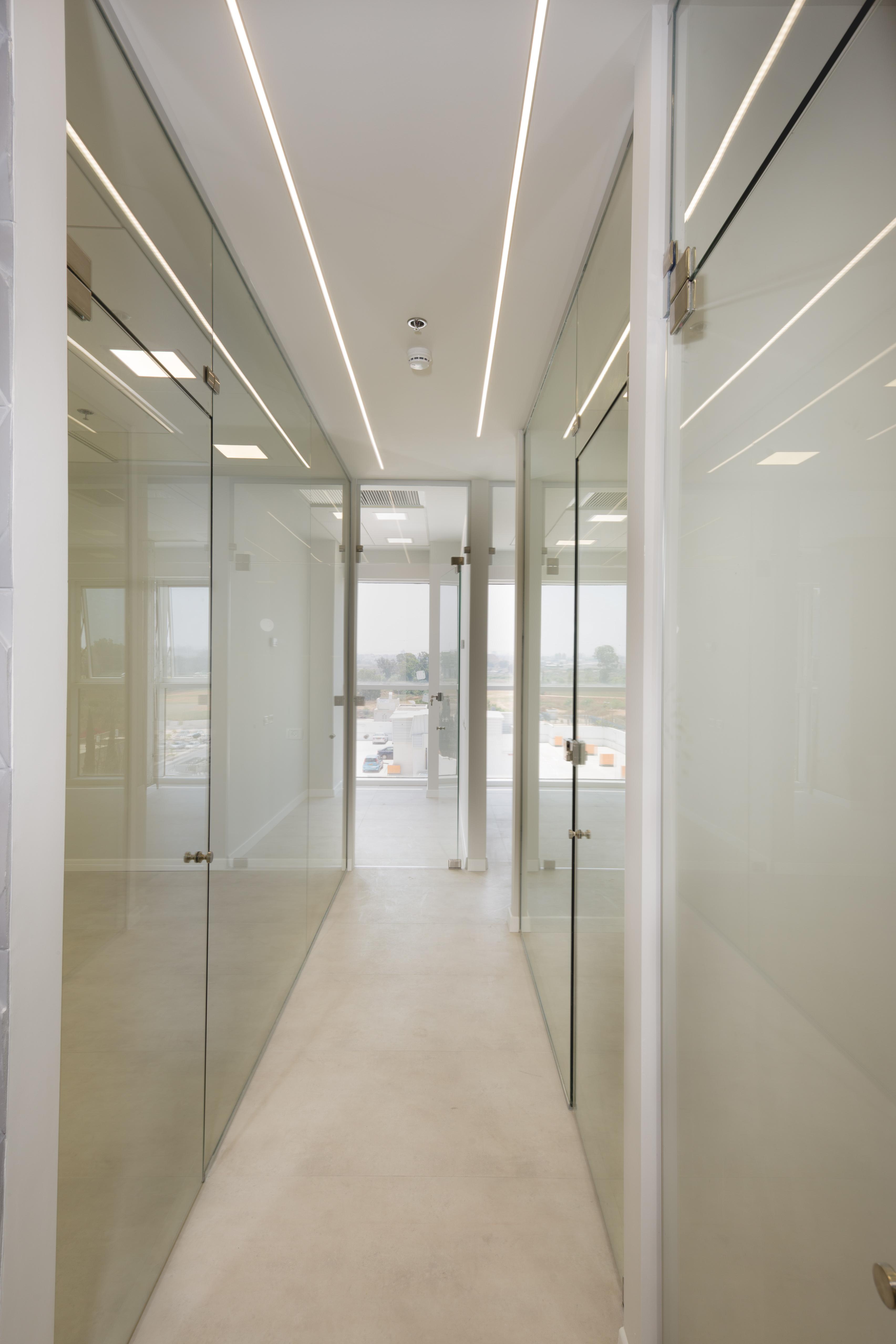 קירות זכוכית