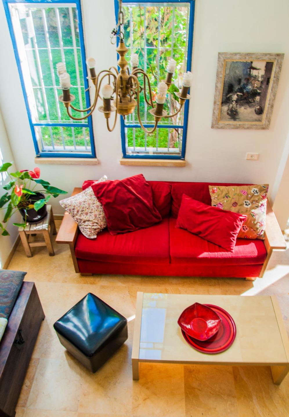 ספה אדומה בלי להתבייש