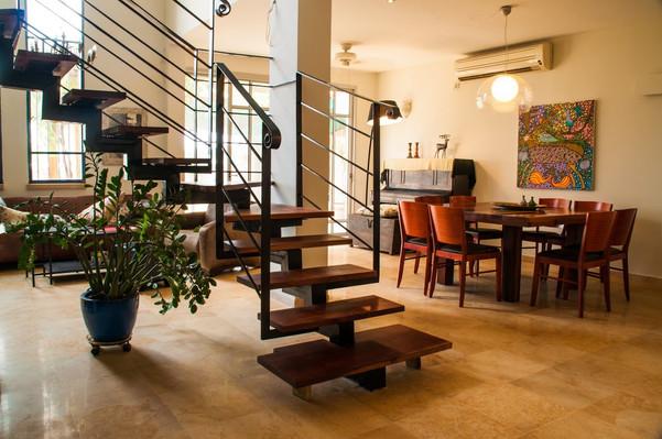 מדרגות עץ מלא בבית בשרון