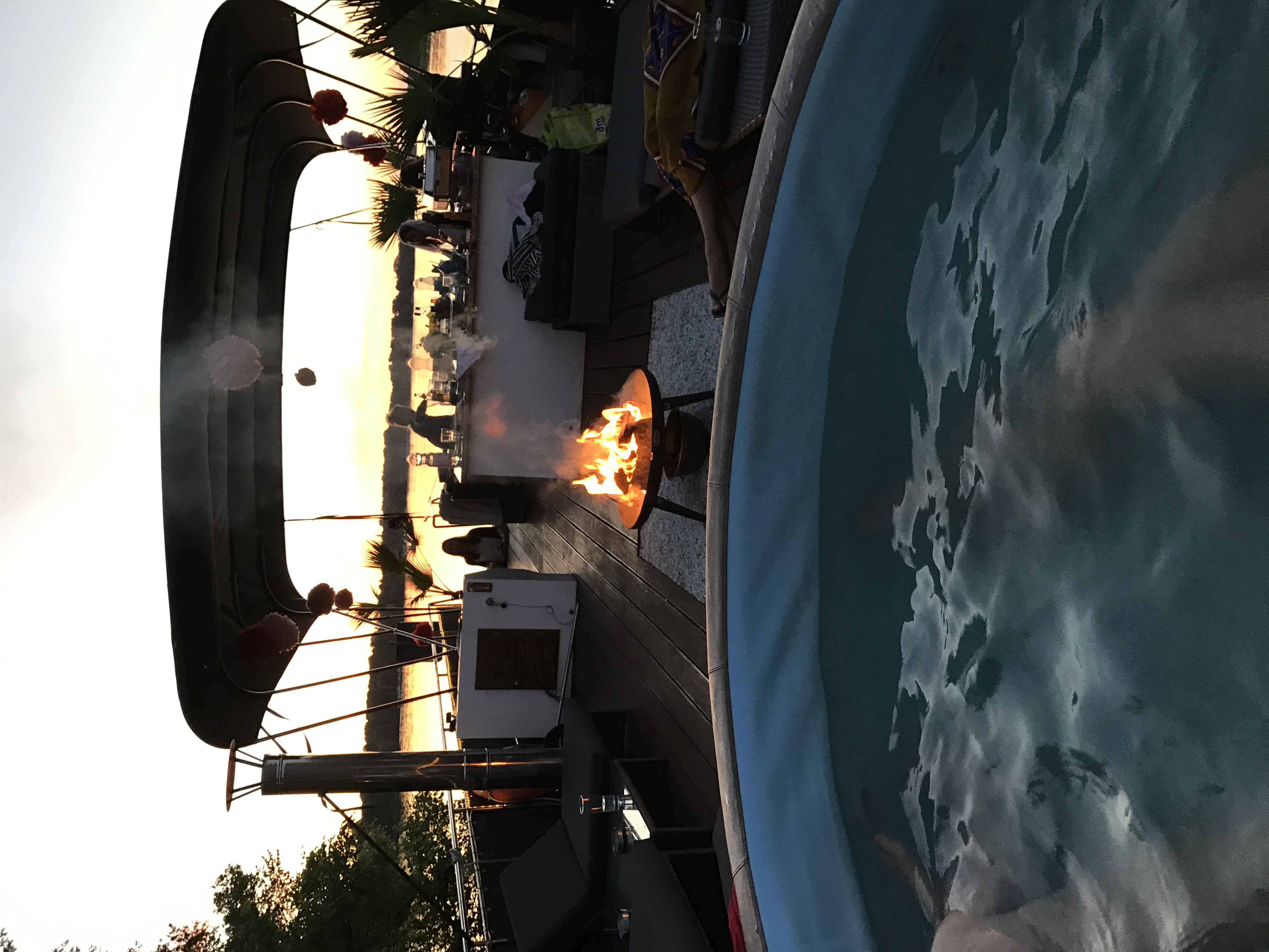 Blick vom Pool zur Feuerschale