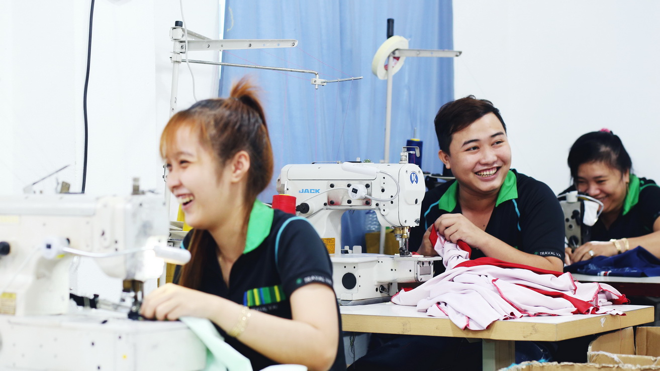 MUDE - Smiling sewing sportswear