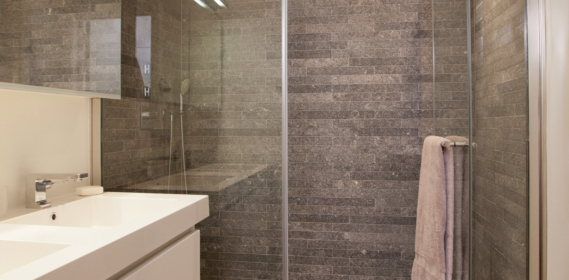 Badkamer grijze steentjes