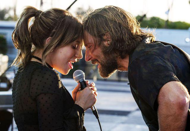 Gaga y Cooper, interpretando uno de los temas de la película.