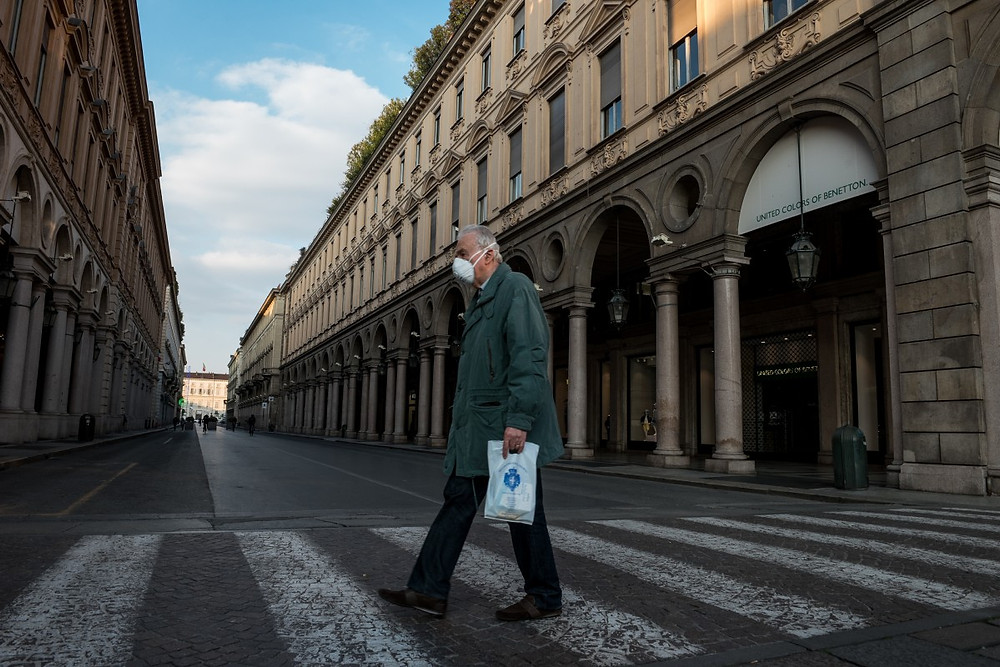 Hombre camina con mascarilla en tiempos de coronavirus.