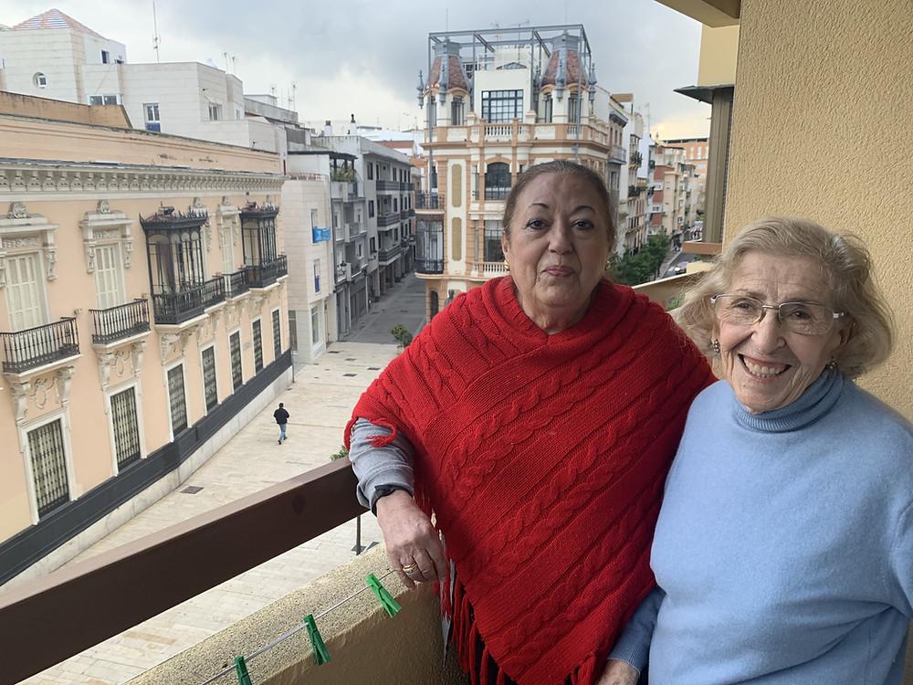 Mi abuela - a la derecha- y su amiga Isabel.
