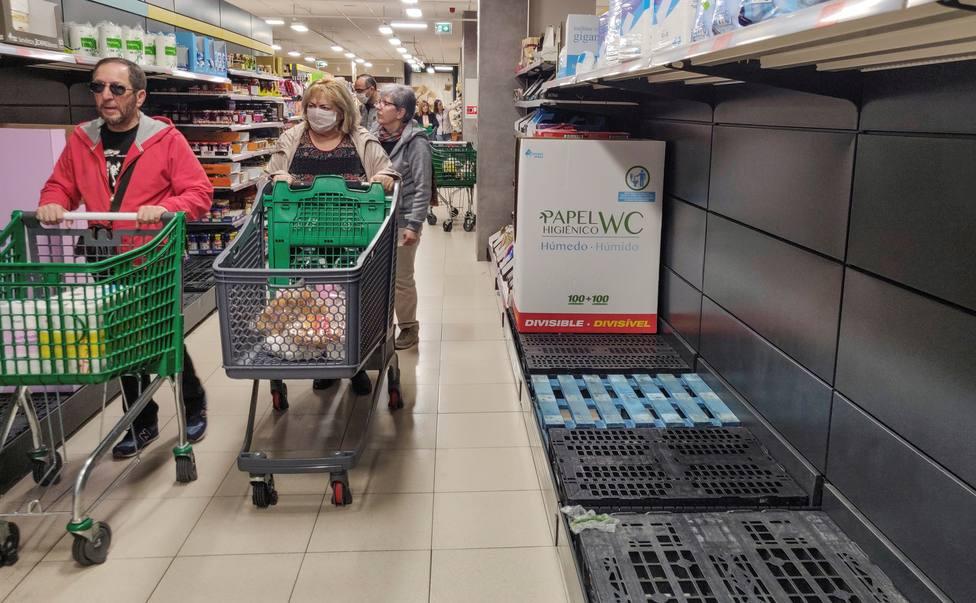 Gente comprando en el supermercado tras las primeras noticias sobre la propagación del coronavirus en España.