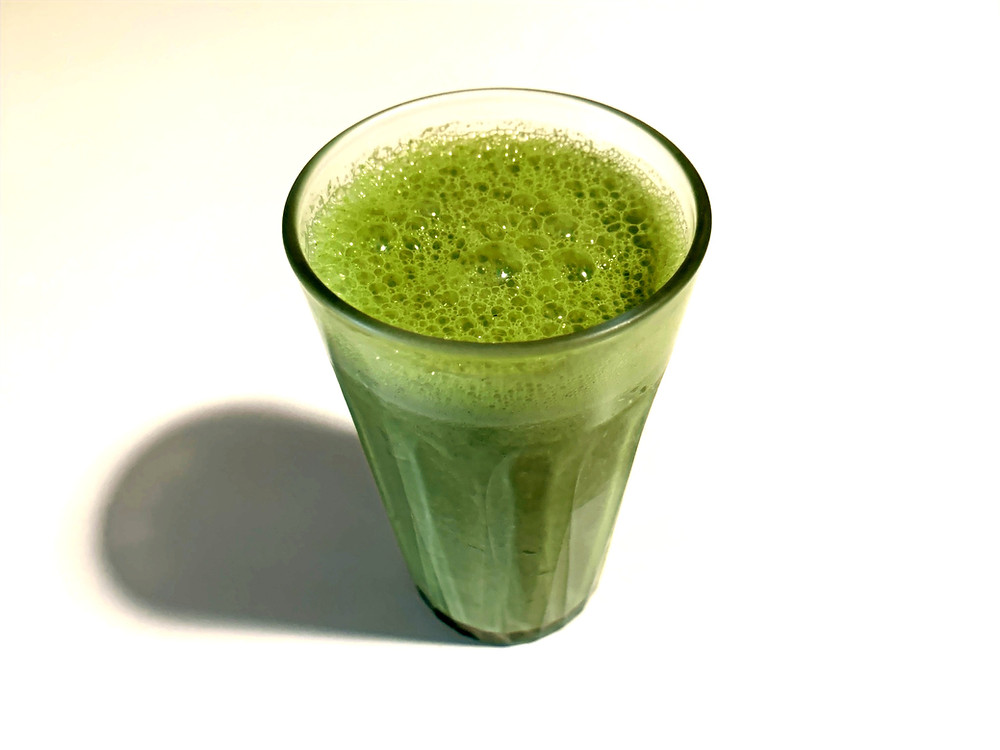 Batido verde con limón, espinacas, pepino y otros ingredientes.