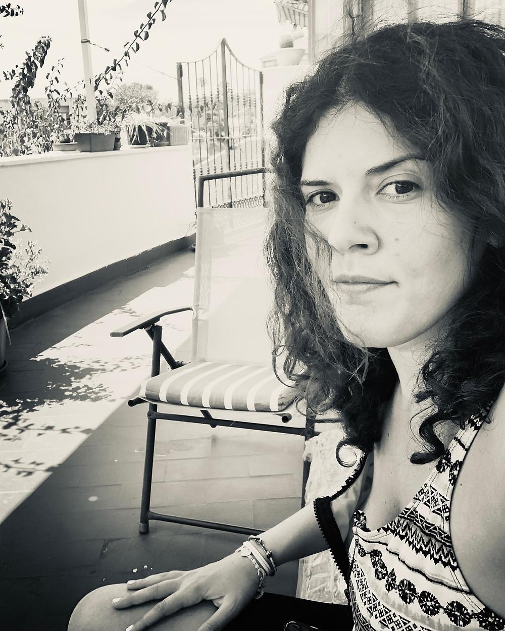 La fundadora de DETRIBU en la terraza de su casa de Huelva, España.