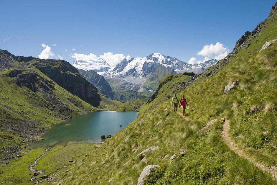 Lac des Vaux hikers.jfif