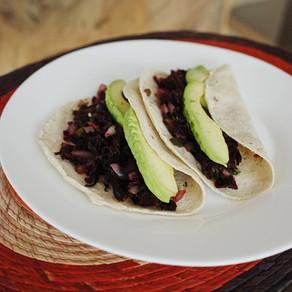Taquitos de jamaica saludables y fáciles de preparar.