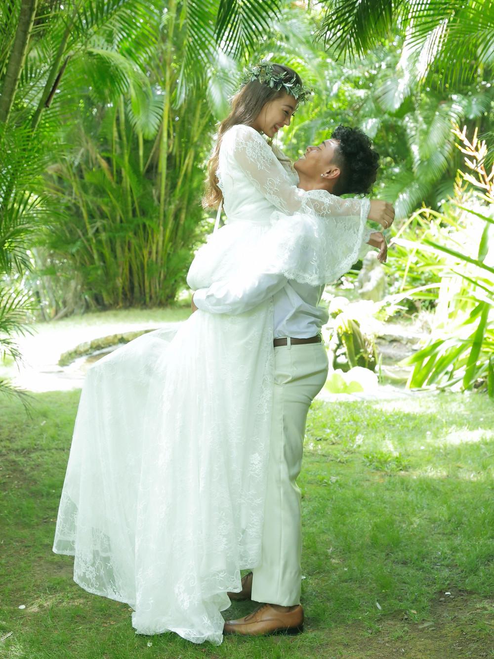 Boho style wedding - Eloping in Hawaiian garden