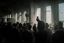 Publikum in einem dunklen Raum