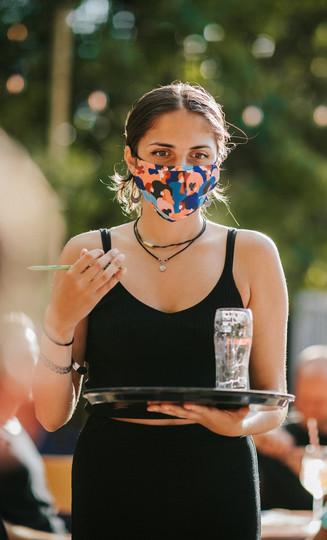 meisje met mondmasker Zomerbar Glasfabriek Gent