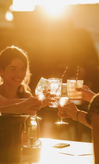 sfeerbeeld vriendinnen aperitief zomerbar glasfabriek gent