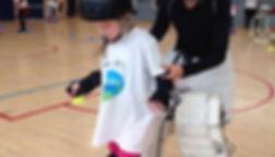 Enfant essayant le Roller