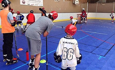 Petits et grands découvrent le Roller Hockey.