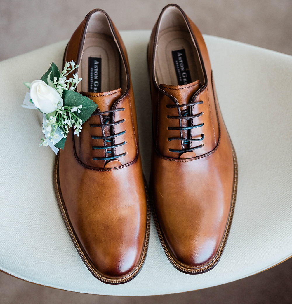 The groom's shoes and boutonnière
